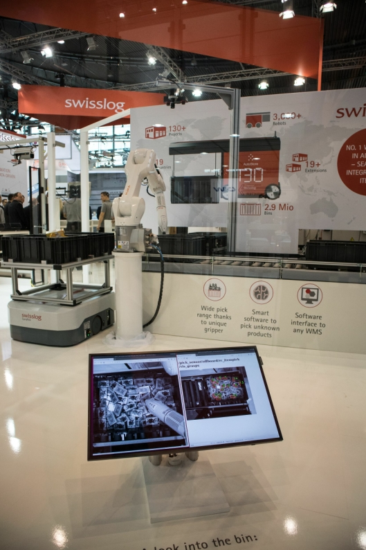Skjermen viser det ItemPiQ-roboten «ser» når den gjør en vurdering om hvordan den skal gripe.