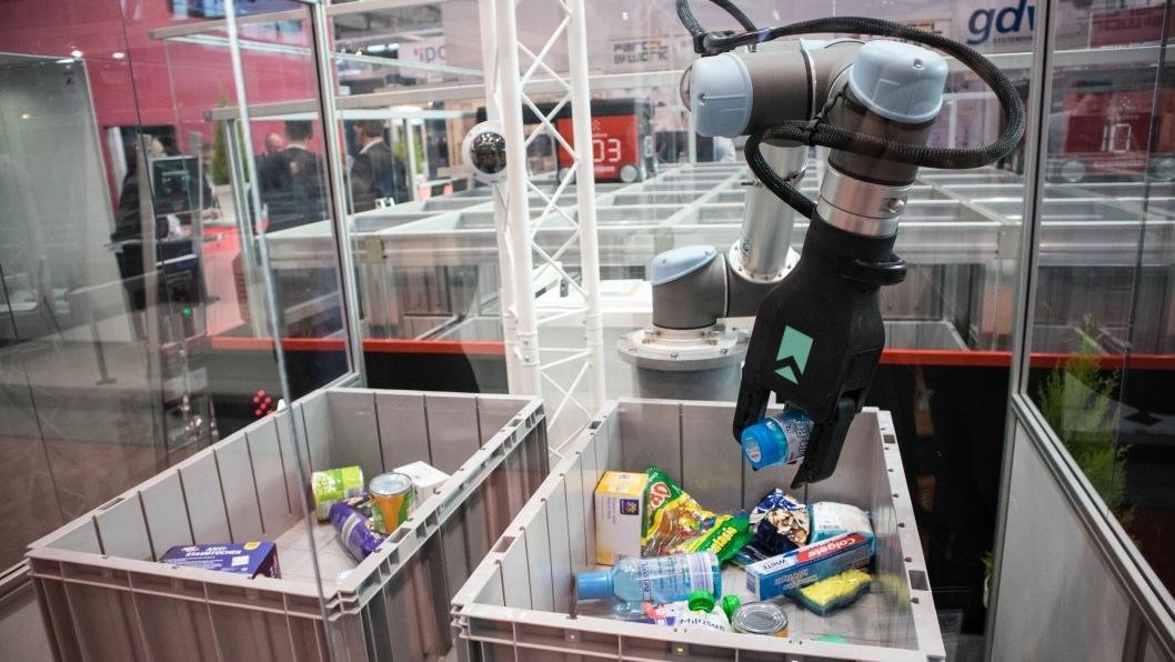 GRIPER OG SUGER: Element Logic stilte med denne roboten fra Rightand Robotics, som en plukkløsning ved AutoStore-anlegget.
