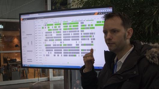 Still NeXXt Fleet gir en rekke oversikter. Her vises en liste over trucker hos en Still-kunde, der de grå feltene viser når truckene er uvirksomme og de grønne når de er i aksjon.