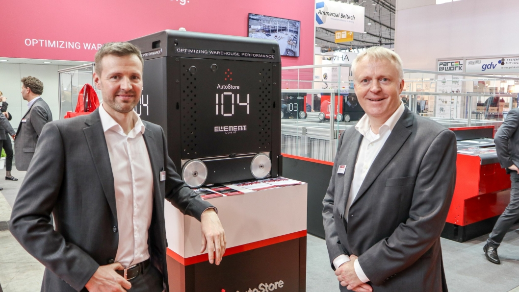 KLAR FOR VEKST: System-selger Øyvind Kollerud (til venstre) og CEO i Element Logic Dag-Adler Blakseth, gleder seg til å kunne tilby både ny AutoStore-robot og en plukkrobot til sine kunder.