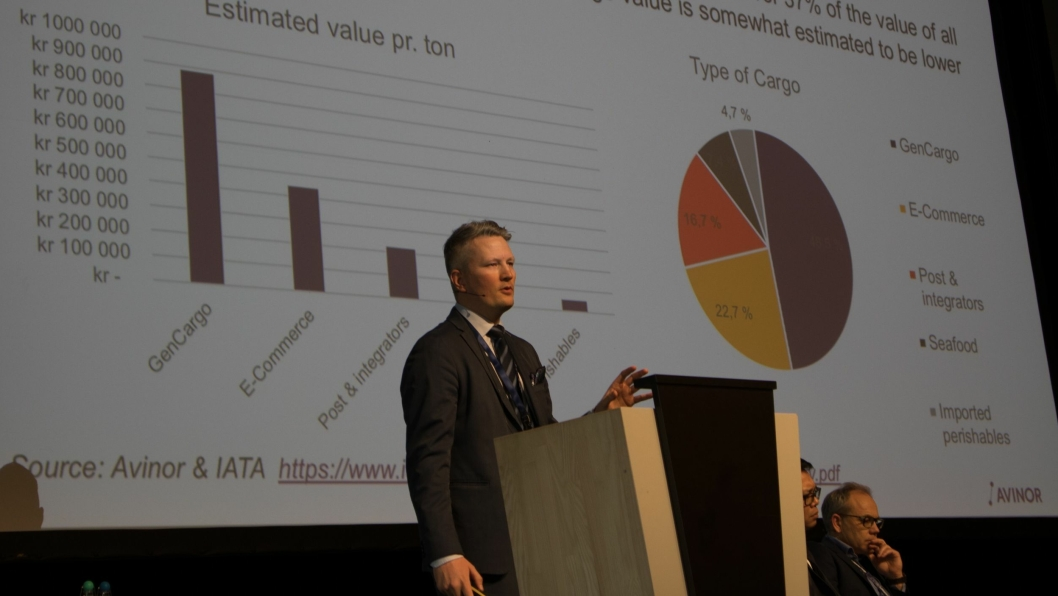 Avinors fraktdirektør, Martin Langaas, holdt foredrag under Nordic Air Cargo Symposium, og forsikret samtidig at den planlagte sjømatterminalen på Gardermoen skal bygges.