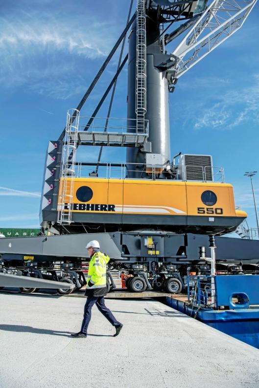 Kranen har en egenvekt på 439 tonn.