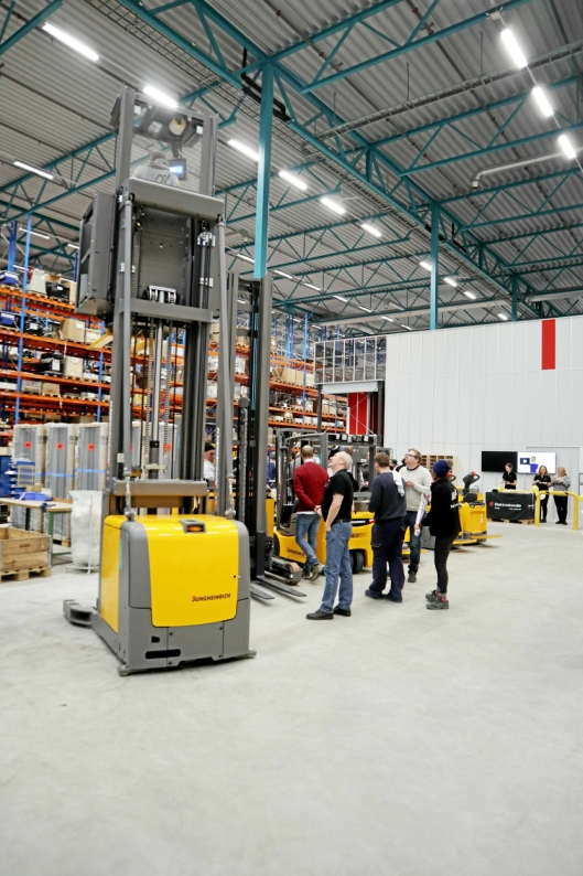 TESTING: Sales Manager Logistics Systems Ragnar Pettersen holder oppsyn med testing av de nye truckene.