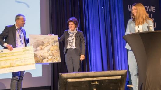 Åse Louise Rolfsøn Skogø fra FLO mottar prisen fra representanter fra styret i Logistikkforeningen Østfold.