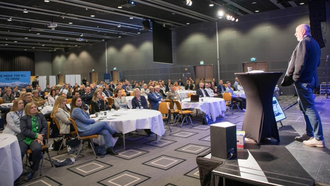 200 deltakere fikk med seg både foredrag og nettverksbygging under Logistikkdagen Østfold onsdag. Her er det Torstein Magelssen fra Volvo Truck som forteller om fremtiden for autonome kjøretøy.