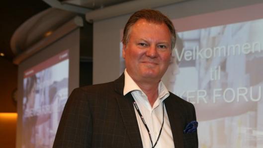 Kommunikasjonssjef Nils-Petter Buer i Schenker AS forteller stolt om et ytterligere skritt på veien mot mest mulig utslippsfri transport, særlig i byområder. Foto: Per Dagfinn Wolden
