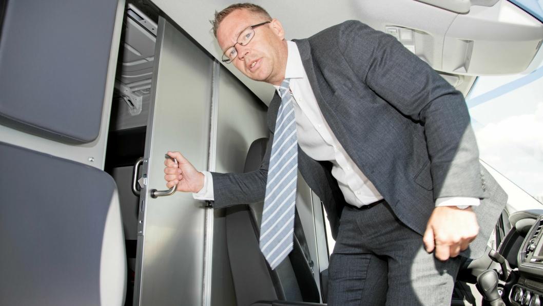 Lars Sveen er Head of Land Domestic i DB Shcenker. Her viser han den praktiske skyvedøren mellom førerplassen og lasterommet.