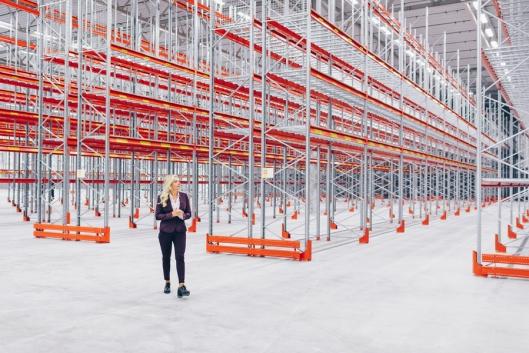 Få personer har tatt så raske steg inn i logistikkverdenen som Lorna Stangeland. Som Supply Chain Management i Atea er hun ansvarlig for 27.000 kvadratmeter på konsernets nye logistikksenter i Nylanda. (Foto: Jonas Ljungdahl)