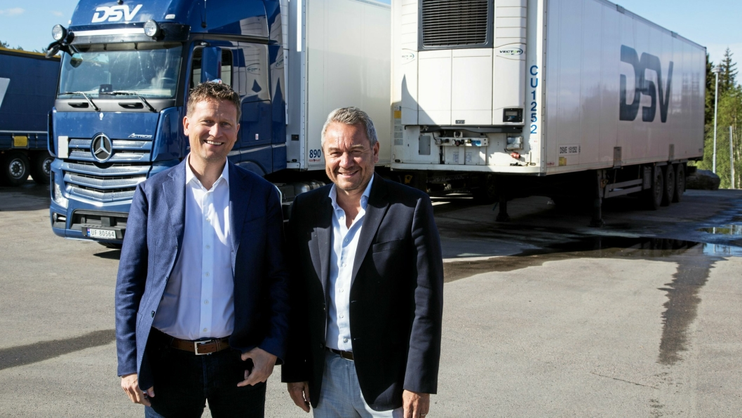 LYSERE TIDER: DSV Road-sjef Rune Berg Stiansen (til venstre) og DSV Solutions-sjef Ulf Erik Kruger Solheim forteller om noen tøffe år, men en god trend. Blant annet investerte DSV i 40 nye lastebiler fra Mercedes-Benz i fjor.