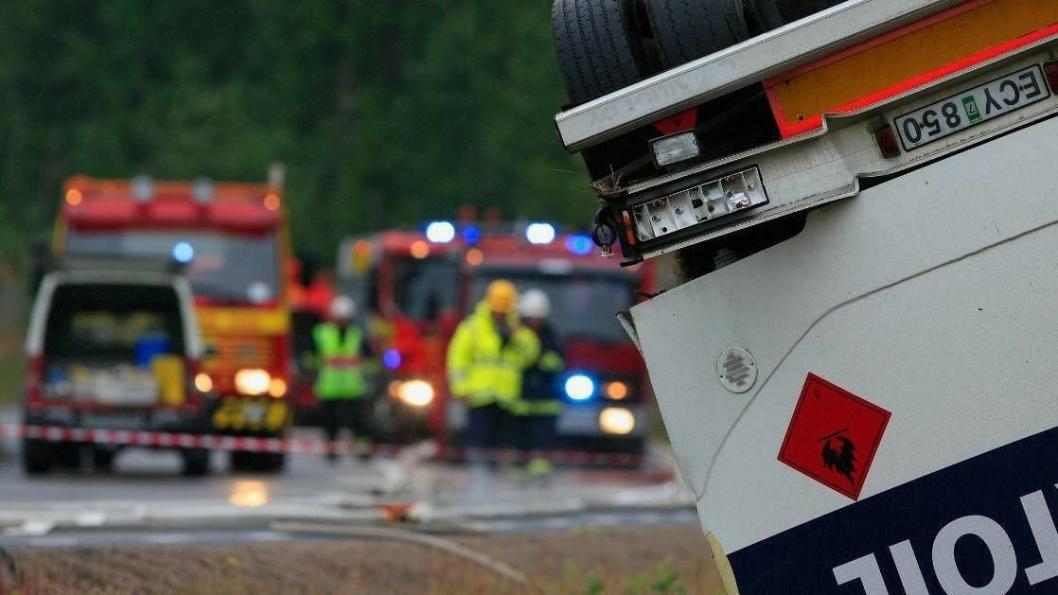 FARLIG: Utrykningskjøretøy og -personell ved veltet bil med brennbart, farlig gods.