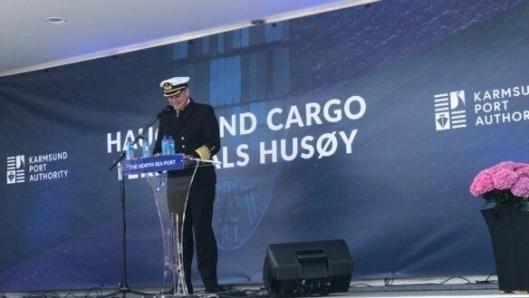 Havnedirektør Tore Gautesen orienterte statsminister og inviterte gjester om utviklingen og ambisjonene for Karmsund Havn. (Foto: Næringsforeningen)