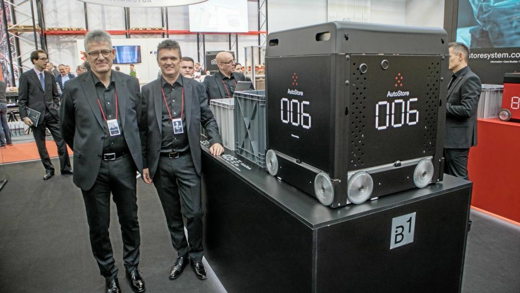 Konsernsjef i Autostore Karl Johan Lier (til venstre) og salgsdirektør Helge Olsen i Autostore opplevde stor interesse under LogiMAT i Stuttgart. Nå har selskapet fått nye eiere.