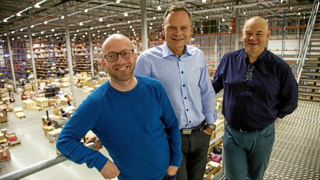 OVERSIKT: Trioen Jostein Remme, Odd Hannestad og Hans Arthur Sandum har full kontroll over vareflyten.