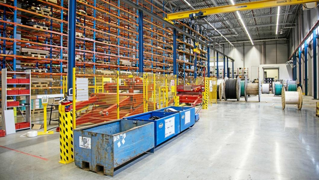 TJENSETER: Ahsell utfører en rekke tjenester for kundene, blant annet monterer de store isolatorer til høyspentmaster ved dette anlegget.