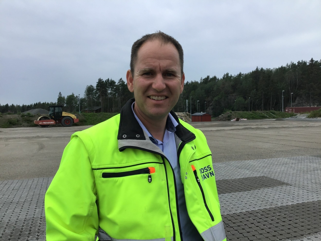 Havnesjef Øystein Høsteland Sundby i Moss Havn KF forteller at Innlandshavna nå har 45 mål. Da Moderne Transport var på besøk, ble ny belegningsstein lagt. Foto: Tove Irén Becker