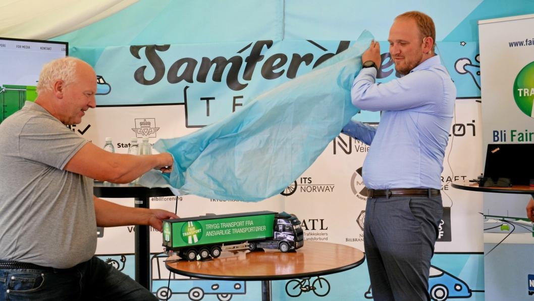 FAIR TRANSPORT: Forbundsleder Tore Velten og samferdselsminister Jon Georg Dale sto for avdukingen.