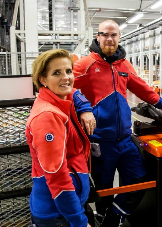 FØLGER UTVIKLINGEN: Direktør lagerdrift i Tine, Vibeke Amundsen, mener brillesystemet er litt for kostbart - foreløpig. Her sammen med lagerarbeideren Simen Haugland.
