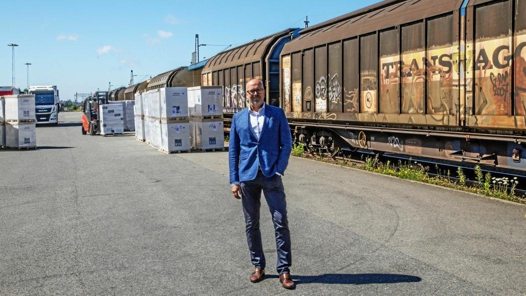GRUNN TIL Å SMILE: Salgsdirektør Bent Arild Hære i ColiCare forteller at toget fra Italia til Norge er populært blant kundene.