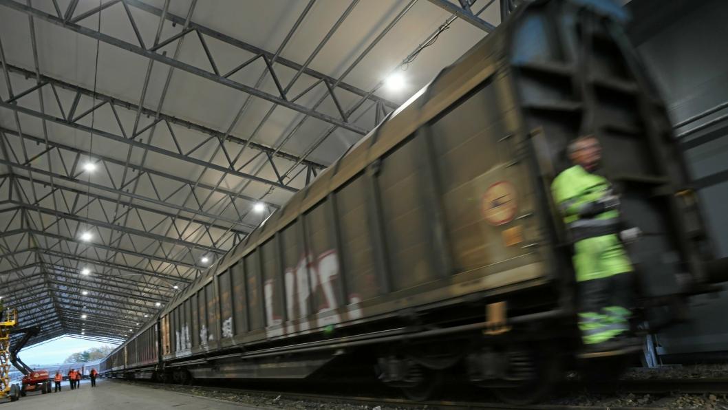 MANDAG MORGEN: Det tar to dager før toget fra Parma ruller inn i hallen på Rolvsøy. Foto: Jappe Eriksson