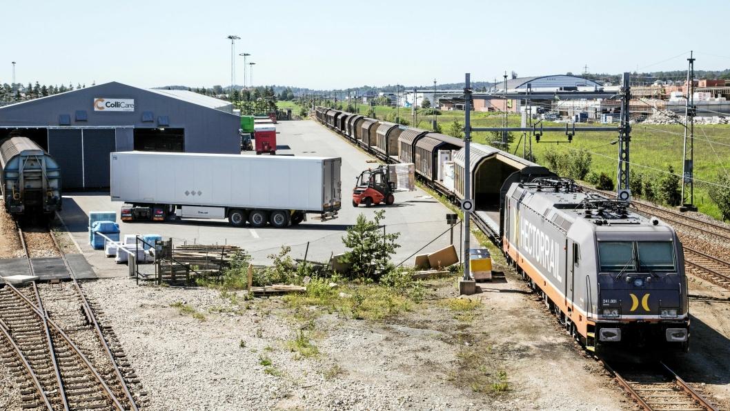 ENDESTASJONEN: Hallen på Rolvsøy har plass til halvparten av togets vogner, mens resten settes på utsiden.