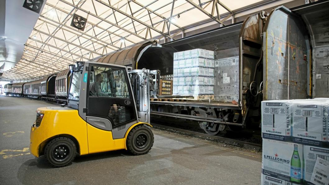 HÅNDTERING: ColliCare bruker egne ansatte fra hovedanlegget i Vestby til å losse toget.