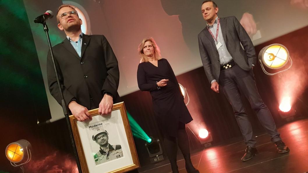 Yaras Bjørn Tore Orvik vant Moderne Transport-prisen i 2018, for sitt arbeid med det autonome containerskipet Yara Birkeland. I midten juryleder Eirill Bø og til høyre redaktør Øyvind Ludt.