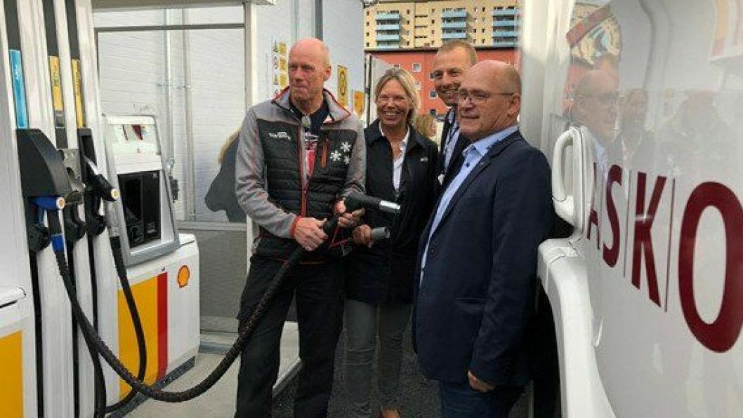 Fylling av tanken under lanseringen av etanoldiesel RED95 på Shell Grorud i fjor. Fra venstre: sjåfør Vidar Fagersand, salgsdirektør for bedriftsmarkedet i St1 Anniken Heder, logistikksjef i ASKO Marius Råsstad og John Lauvstad i Scania.