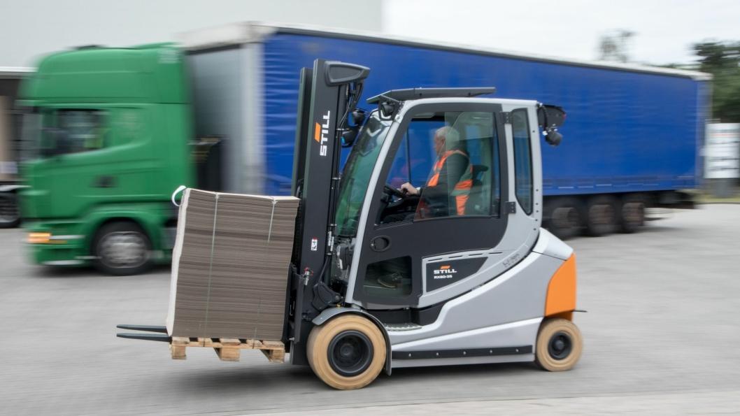 Med en topphastighet på 21 km/t, flytter nye Still RX60 gods både kjapt og effektivt.