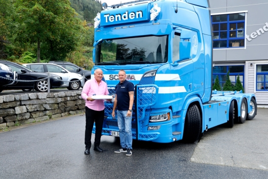Det ble markering med kake da den nye Scania-en kom til Thor Tenden Transport i Stryn den midterste helgen i september. Fra venstre: Daglig leder Rolf Olav Tenden og sjåfør Vidar Wangen.