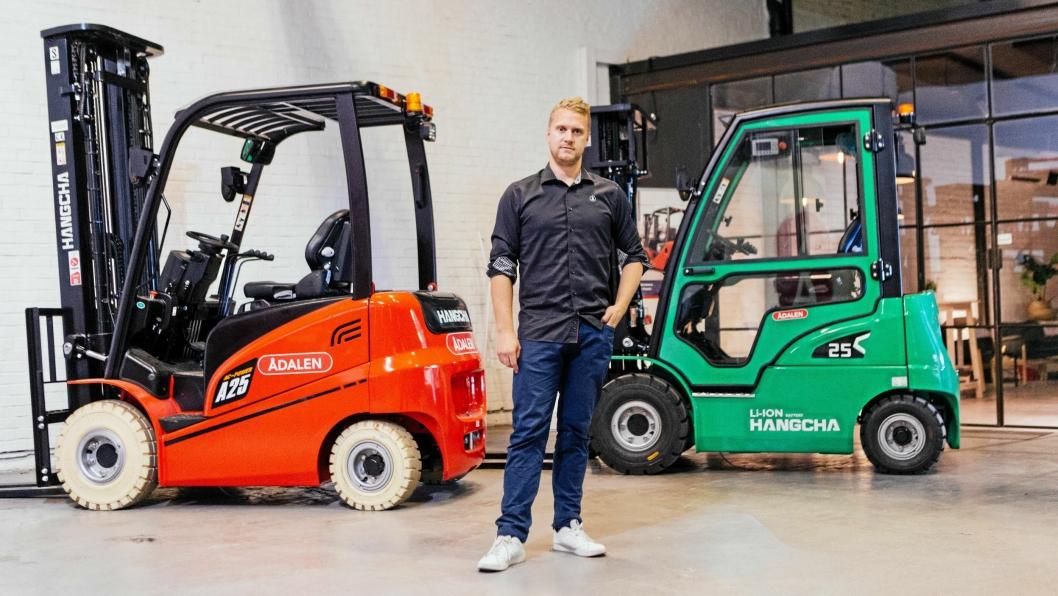 VALGET ER DITT: Daglig leder Ørjan Ådalen kan nå tilby Hangcha-trucker med litium-batteri (grønn), i tillegg til det brede utvalget av diesel- og blytbatteritrucker.