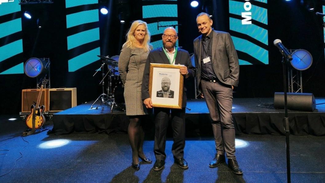 Carl-Erik Arnesen fikk Moderne Transport-prisen 2019. Prisen ble delt ut under Transport & Logistikk i Lillestrøm torsdag kveld. Til venstre juryleder Eirill Bø, og til høyre redaktør i Moderne Transport, Øyvind Ludt.