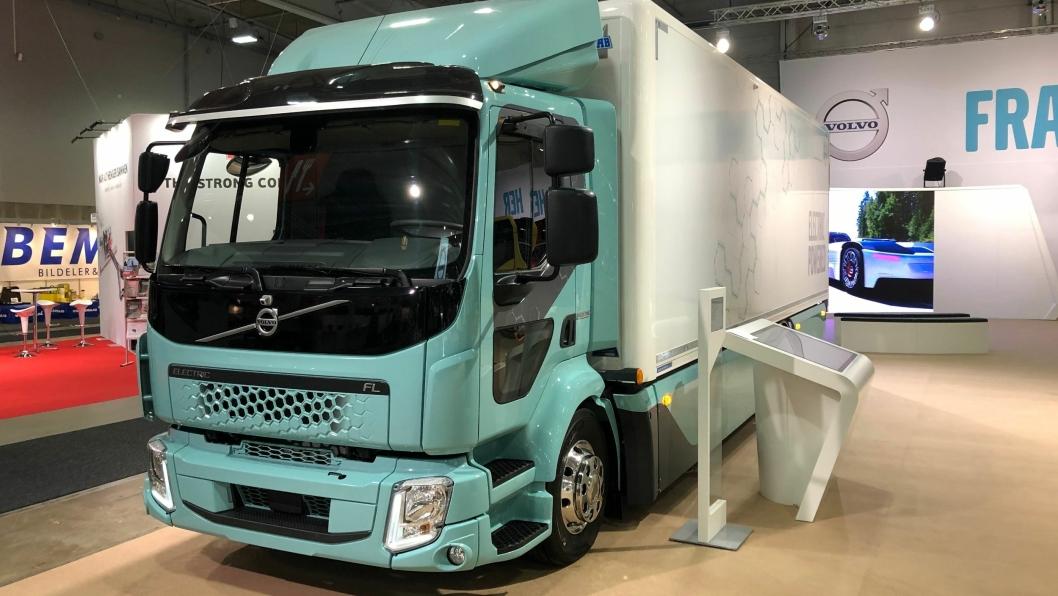 """På Transport & Logistikk i Lillestrøm viser Volvo fram en elektrisk, toakslet distribusjonsbil. Bilen har en batterikapasitet på 300 kWh, og en motor på 200 kW / 270 Hk. Volvo oppgir rekkevidden til """"opptil 260 km"""". Nå starter salget."""