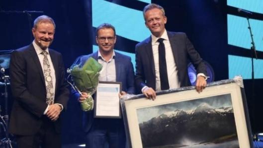 Prisen ble delt ut at NHO Logistikk og Transports direktør Are Kjensli (til venstre), til Knut Eriksmoen (til høyre) – som i sin tur trakk fra Lars Sveen som primus motor bak Oslo City Hub-prosjektet.