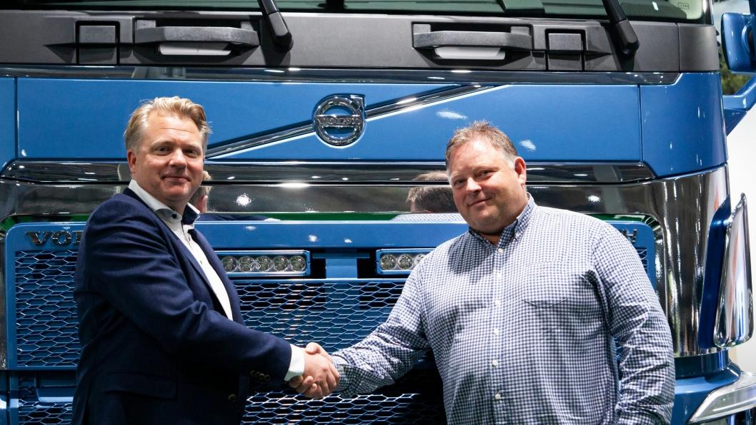 Kim Christensen, key account manager i Volvo Norge (t.v.) og Runar Bakken, daglig leder i Bama Logistikk AS ristet hender på Transport & Logistikk. Avtalen som ble inngått, var på 30 Volvo I-Save.