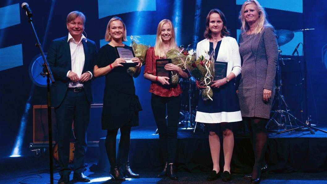 Ole A. Hagen (til venstre) og dosent hos BI, Eirill Bø (til høyre) delte ut studentprisene til Pernille Ekrem (fra venstre), Andrea Lovisenro og Julie Loennechen.