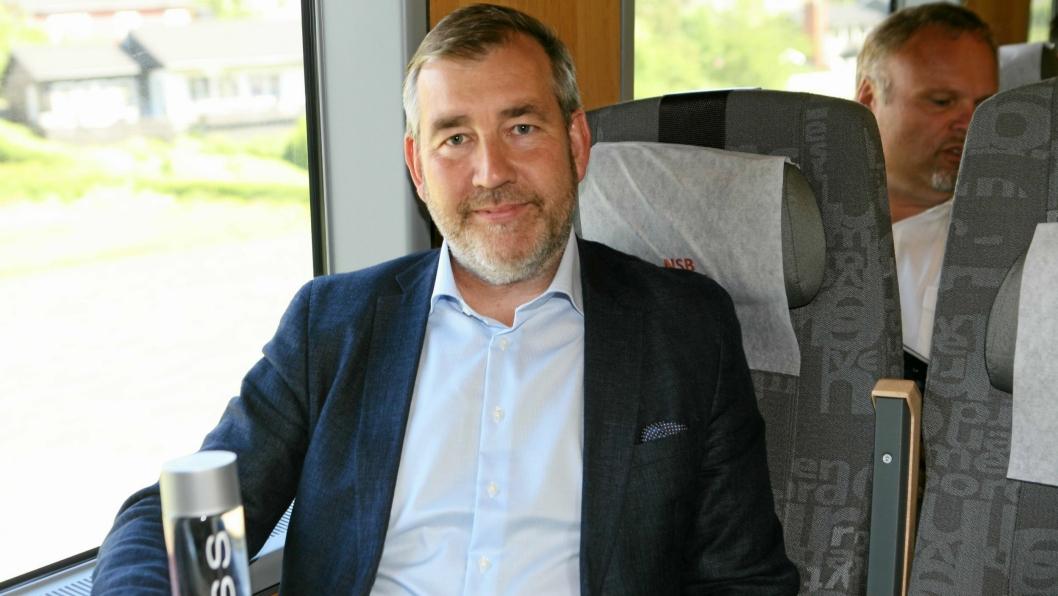 Kjell Ivar Maudal går fra tog til fly.  Her på vei til åpningen av sidesporet på Voss Water i 2017. Foto: Per Dagfinn Wolden