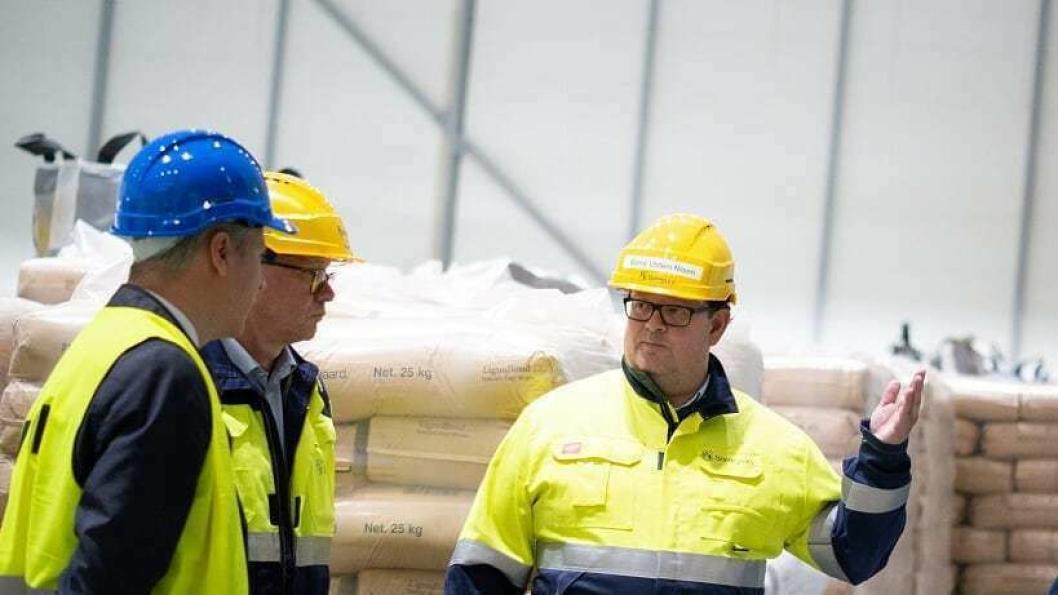 Logistikkdirektør Børre Ulstein Nilsen  (t.h.) viser rundt på  nye ligninlager til Borregaard på Øraterminalen, da den offisielle åpningen nylig fant sted.