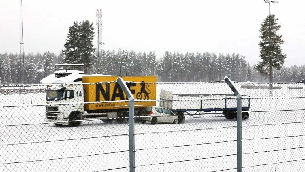 Mange kjører med hjertet i halsen i møte med vogntogene på vinteren og er redd for at det skal skje ulykker, ifølge NAF. Bildet er sendt ut av NEF i en pressemelding om dekk, men viser egentlig hva som skjer dersom ABS-en ikke virker på et vogntog.