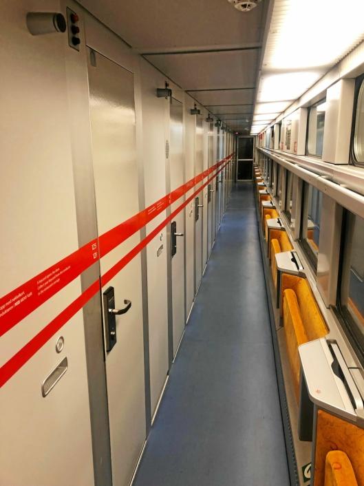 GAMMELT MATERIELL: Sovevognene Vy bruker ble overlevert til NSB i 1986 og 1987 og har 30 senger fordelt på 15 kupeer.