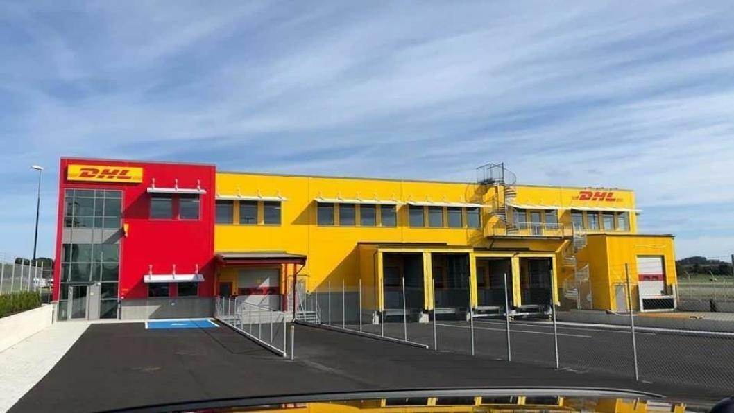 Den nye terminalen ligger helt inntil flystripa på Sola flyplass.