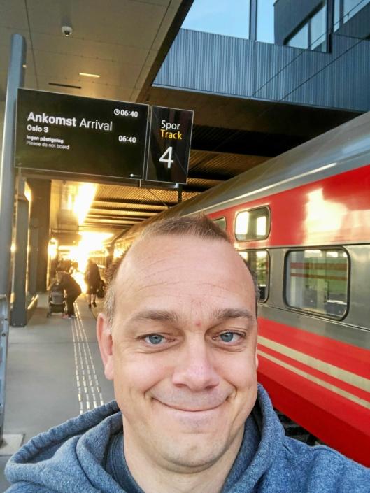 TRØTT: Vel framme i Trondheim etter litt dårlig søvn.