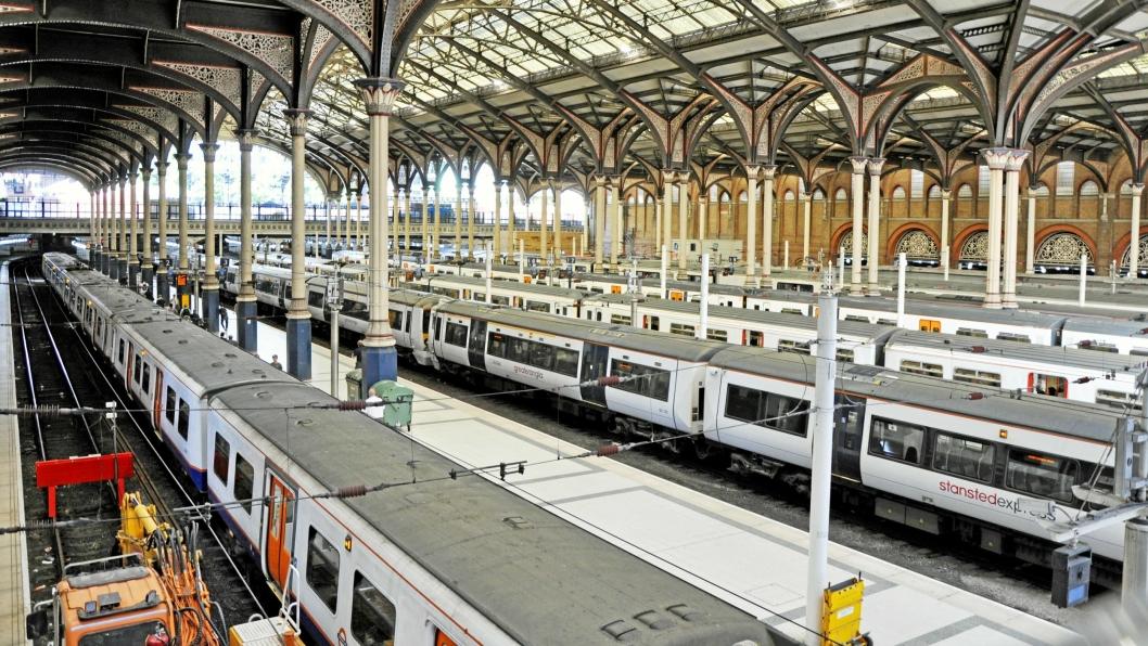 Med 67 millioner passasjerer årlig er Liverpool Street Storbritannias tredje travleste jernbanestasjon. Nå kan perrongene bli brukt til gods også.