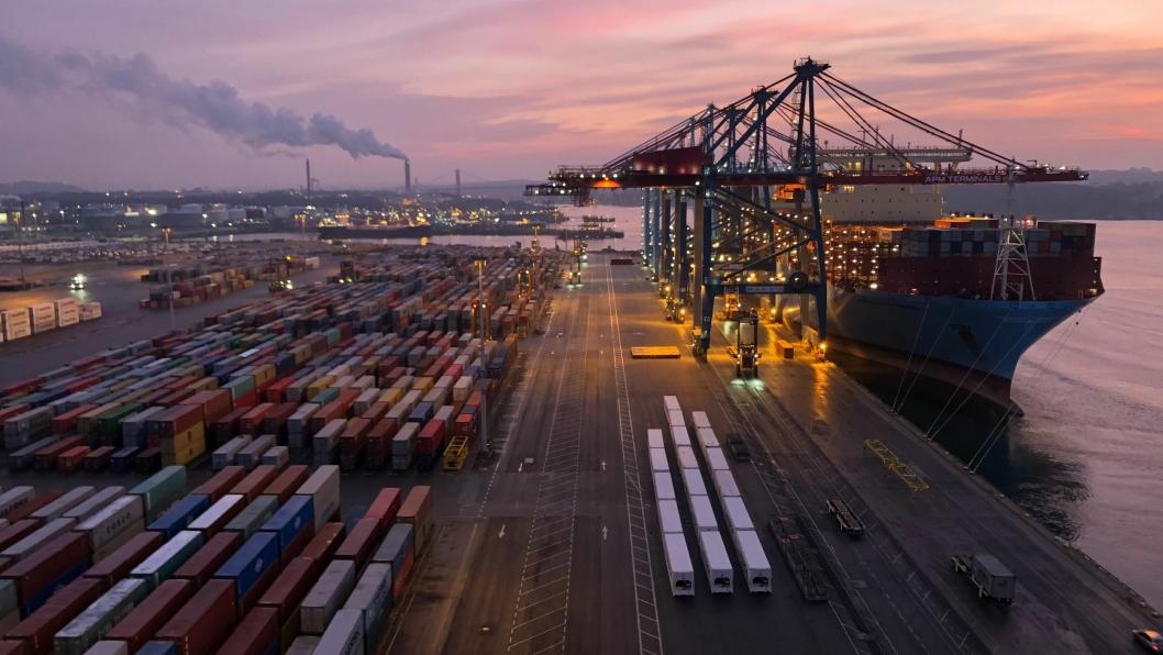Et Maersk skip losses i Göteborg. Nå skal Maersk-terminalene i Århus og Göteborg drive under felles ledelse.