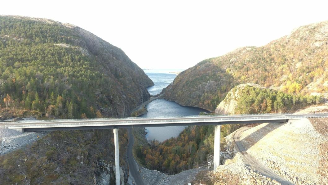 Ryssdalsbrua ruver 43 meter over bakken. Herfra kan man skue langt ut i havet mot Halten fyr. (Foto: Statens vegvesen)
