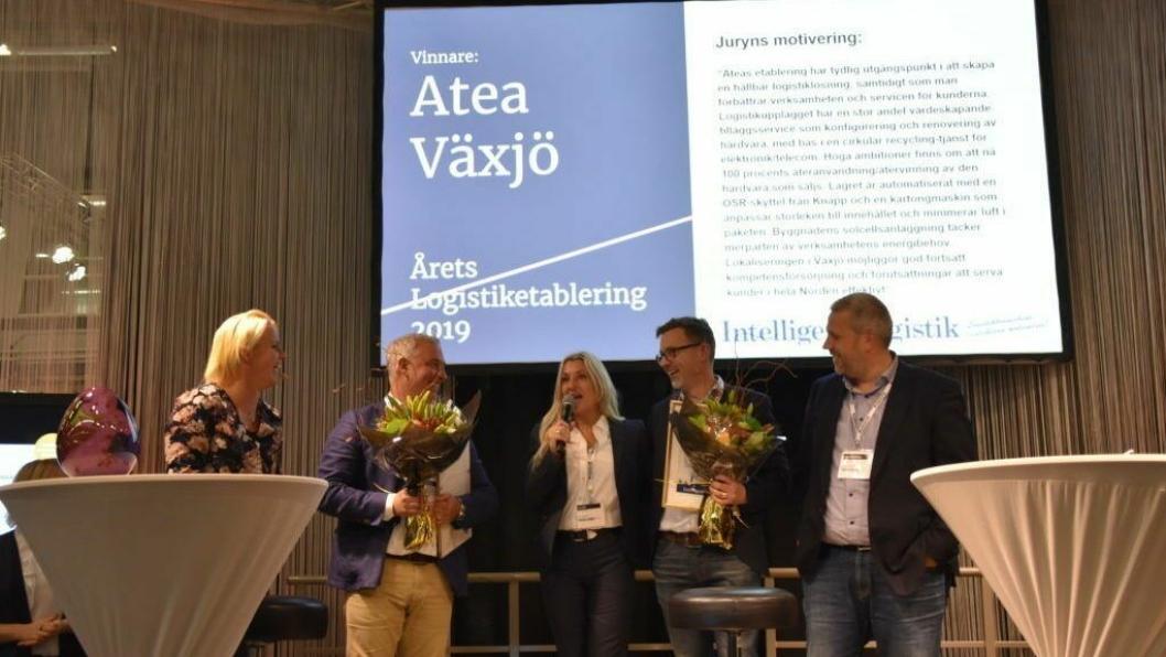 Ateas Nordensjef Lorna Stangeland, takket hjertelig på norsk da hun mottok prisen for Årets Logistikketablering sammen med Patrik Lööv fra Logistic Contractor. Det vanket både diplom og blomster.