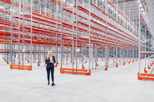 Få personer har tatt så raske steg inn i logistikkverdenen som Lorna Stangeland. Som Supply Chain Management i Atea er hun ansvarlig for 27.000 kvadratmeter på konsernets nye logistikksenter i Nylanda.
