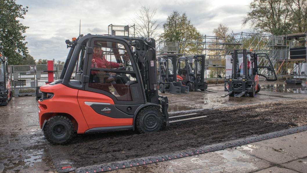 Linde viste fram sin nye truck på et anlegg utenfor Berlin, der blant annet evnen til å kjøre i vrient terreng ble demonstrert