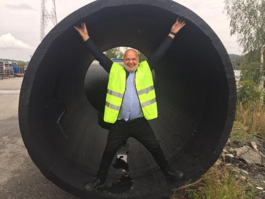 - En resirkulerbar sjøledning skal hente friskt og rent arktisk sjøvann til laksen på hele 160 meters dyp nede i Andfjorden og er 2,5 meter i diameter, forteller gründer og arbeidende styreleder, Roy Bernt Pettersen, i Andfjord Salmon.