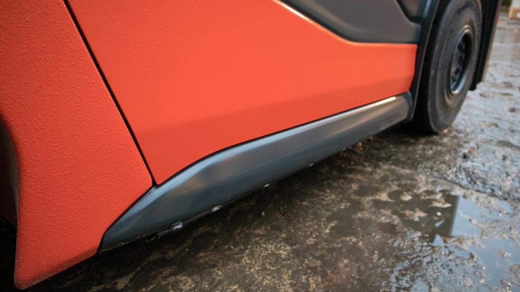 En metallist nederst på siden fungerer som beskyttelse for karosseriet.