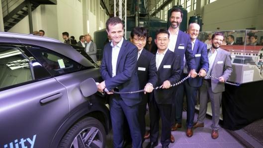 Rolf Huber (t.v.) er styreformann i H2 Energy og fikk æren av å plugge inn slangen på en Hyundai Nexo som symbolsk markerte starten på et samarbeid med dem og Hyundai.